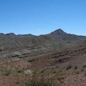 Vista general de los afloramientos triásicos más septentrinales de la Cuenca Cuyana, en la localidad de Cerro Puntudo (San Juan)