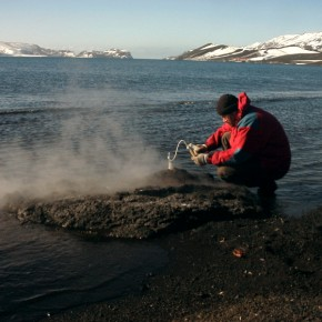 Muestreo de gases fumarólicos en isla Decepción (Antártida)