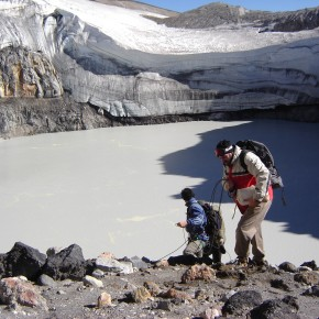 Instalación de termómetros en laguna cráterica del volcán Copahue (Neuquén)