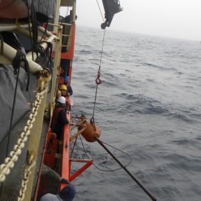 Maniobra de extracción de testigos marinos a bordo del Buque Oceanográfico ARA Puerto Deseado en el Océano Atlántico Sudoccidental.