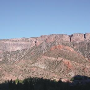 Discordancia angular entre las secuencias carboníferas y las volcanitas del Grupo Choiyoi de edad pérmica a triásica inferior en el valle del río Atuel, Bloque de San Rafael, Mendoza.