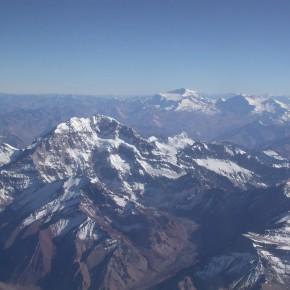 Alta Cordillera de los Andes con vista en primer plano de la pared sur del Monte Aconcagua (6.969 m), y en segundo plano los cerros La Ramada (6350 m) y Tupungato (6.500 m).