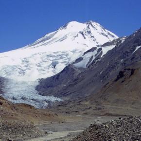 Pared sur del Volcán Tupungato donde se puede apreciar la forma de su crater, alto río Tunuyá, Mendoza.