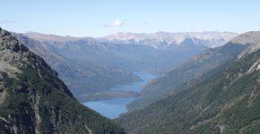 Vista hacia el este de los lagos Martin y Steffen en la Cordillera Patagónica Septentrional, con la Precordillera Patagónica de fondo.