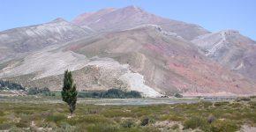 Anticlinal de Bardas Blancas controlado por inversión tectónica del basamento plegando rocas del Jurásico inferior a medio y del Grupo Mendoza, sur de Mendoza.