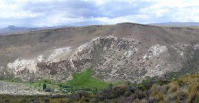 Anticlinal desarrollado en ignimbritas y basaltos cuaternarios, en el arroyo Chapúa; evidencias de neotectónica compresiva en el norte de Neuquén.