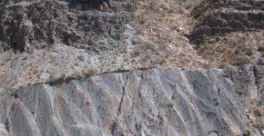 Discordancia angular entre las secuencias devónicas metamorfizadas y los depósitos carboníferos de la Formación El Imperial en el cajón del río Atuel, Bloque de San Rafael, Mendoza.