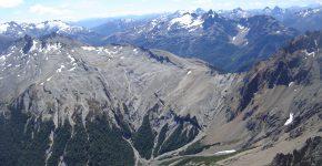 Secuencia volcánica pliocena del cerro Silvia en contacto con volcanitas jurásicas de la Formación Huemul, indicando un evento extensional reciente en la Cordillera Nordpatagónica.