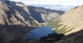 Vista hacia el este de los lagos Lindo y Tricolor, ubicados dentro de la artesa glaciaria del cerro Lindo, Cordón del Hielo Azul, que atraviesa volcanitas y plutonitas jurásicas.