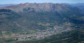 Vista hacia el este del cordón del Piltriquitrón en la Precordillera Patagónica y de la localidad de El Bolsón desde el Cordón del Hielo Azul.