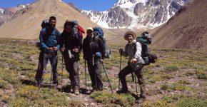 Camino a las nacientes del río Blanco en el límite con Chile al sur del Aconcagua.